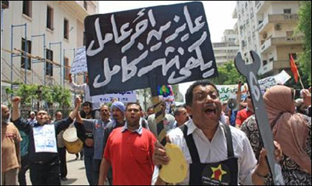 Egyptian workers demand a salary that lasts all month