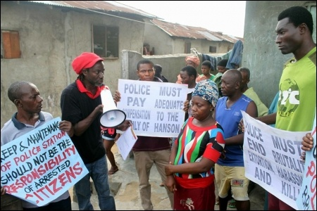 Protesters visit the widow of Saturday Hanson - photo DSM
