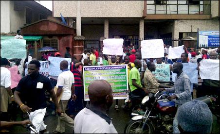 Protesters picketing Eko Disco office - photo DSM